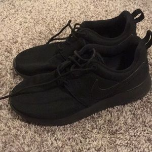 Black NIKE Rosche's !!! Hardly worn 😎
